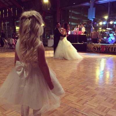 дочь и мама в свадебных платьях