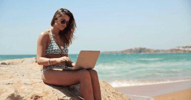 женщина, море, ноутбук