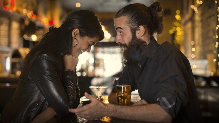 Пара на отдыхе в баре