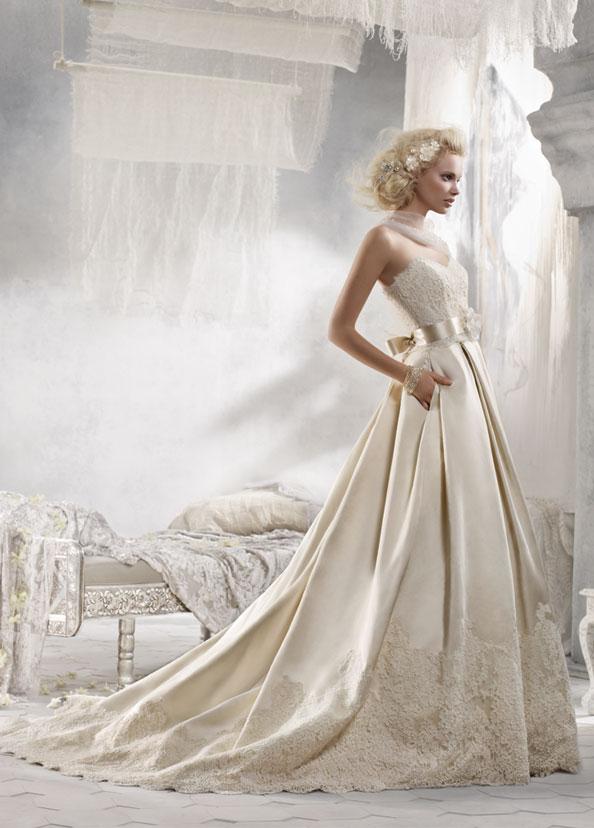 Блондинка в свадебном платье