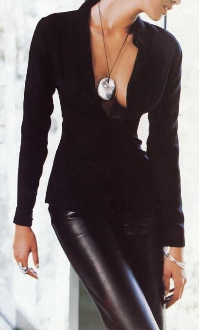 Кожаные брюки и блузка