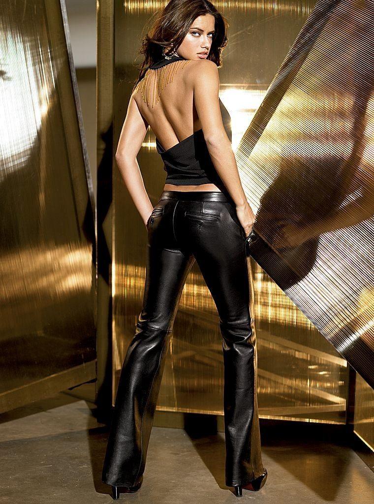 черную кожа от Сhanel с эротичным топом от Victoria's Secret