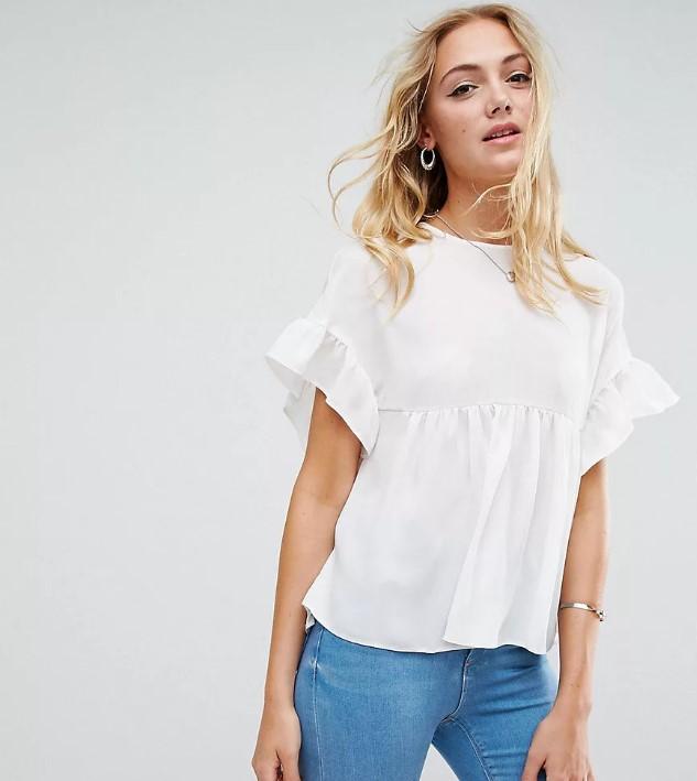 Белая футболка свободного кроя с рукавами-воланами