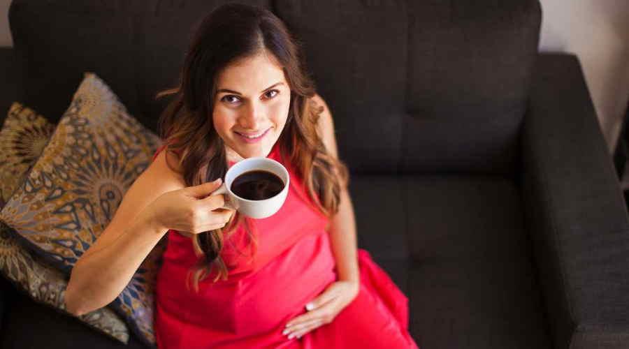 Беременная с кофе