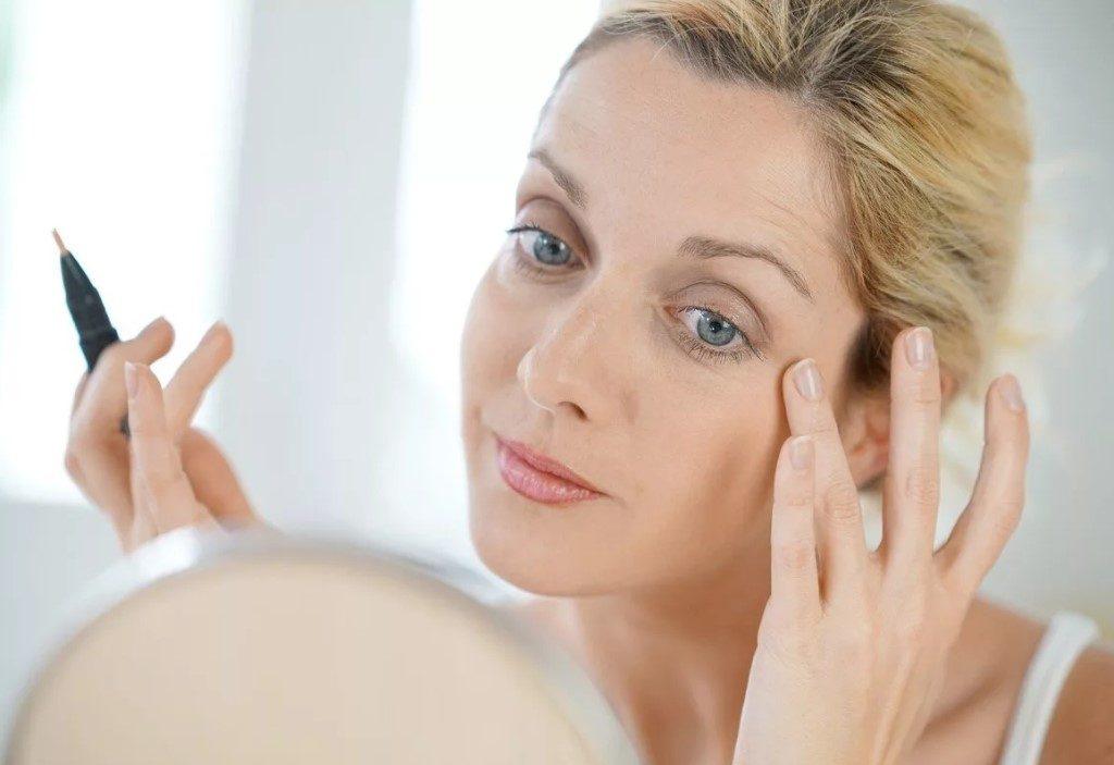 Как выглядеть моложе своих лет с помощью макияжа