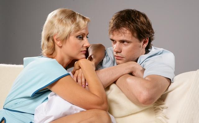 Зрелая жена начинает подозревать своего молодого супруга