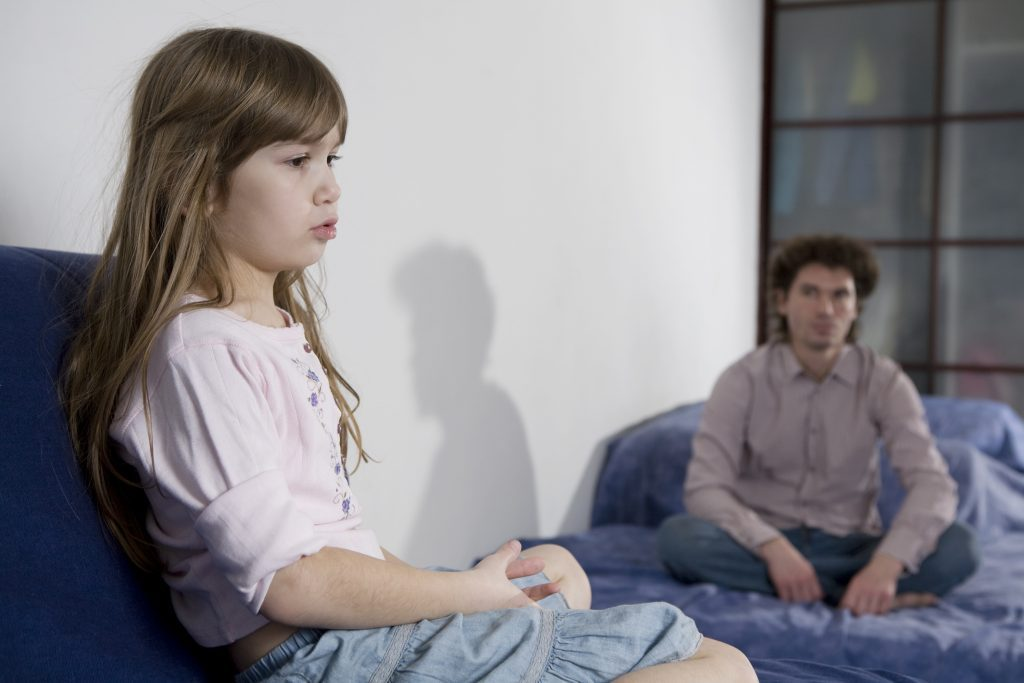 Дети стараются держаться от отца подальше