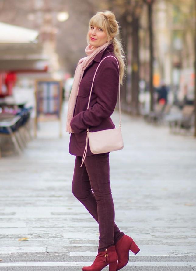 Бардовое пальто с розовыми аксессуарами