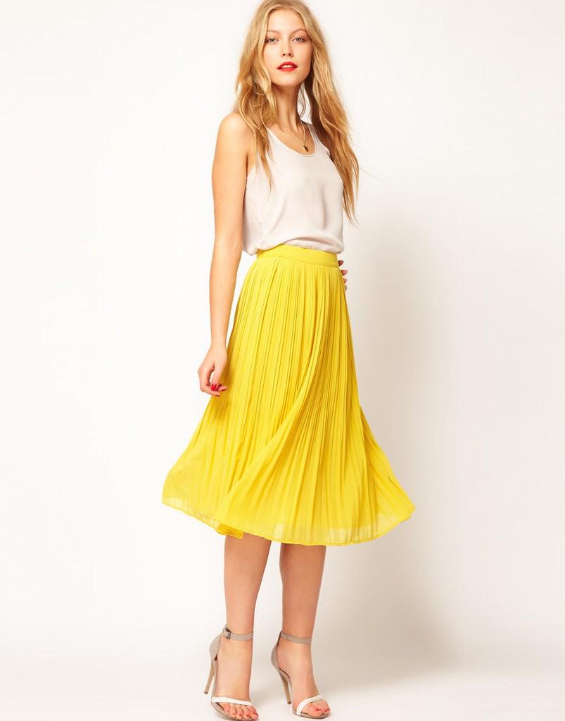 желтая плиссированная юбка