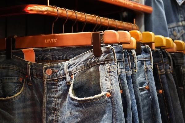 джинсы на вешалках
