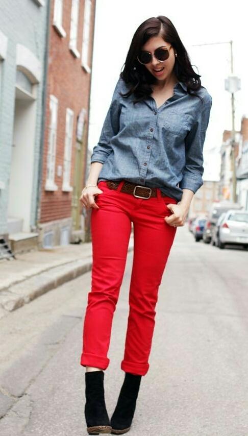 Блузы и рубашки с красными джинсами
