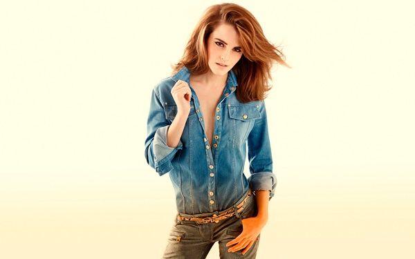 девушка в джинсах и джинсовой рубашке