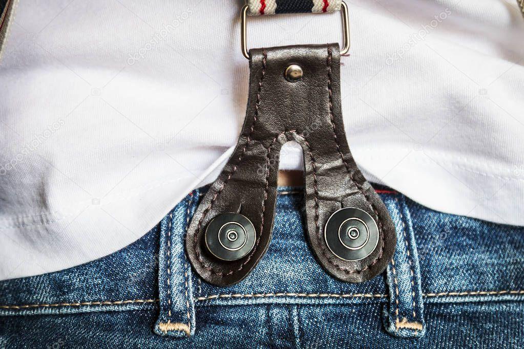 подтяжки-помочи на джинсах