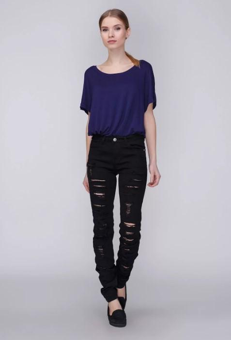 Синяя футболка с черными джинсами