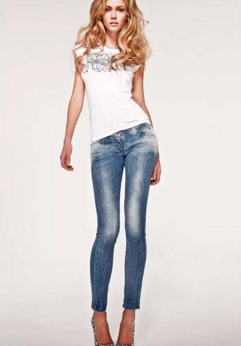 Как носить футболки с джинсами фото 3