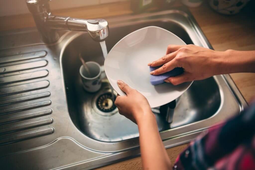 Средства для мытья посуды — какими свойствами должны обладать