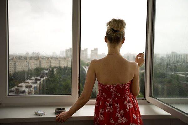 женщина перед открытым окном